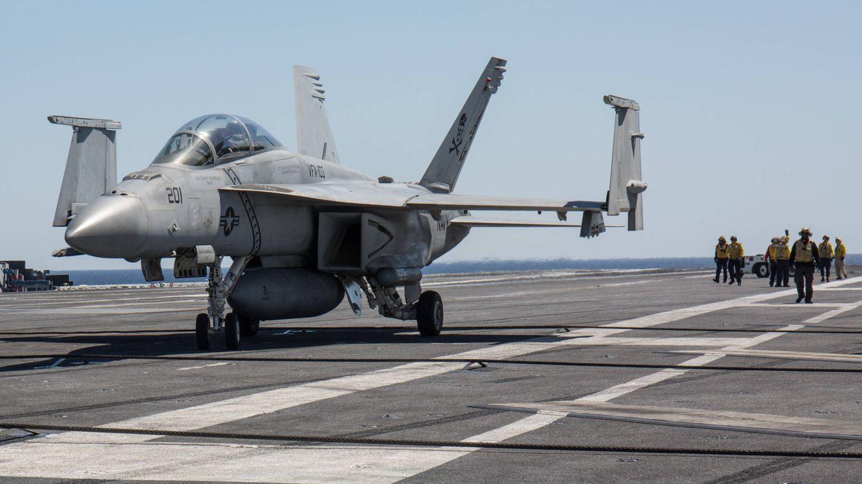 Foto: Un caza F-18 aterriza en el USS Abraham Lincoln frente a las costas de Mallorca. (David Brunat)
