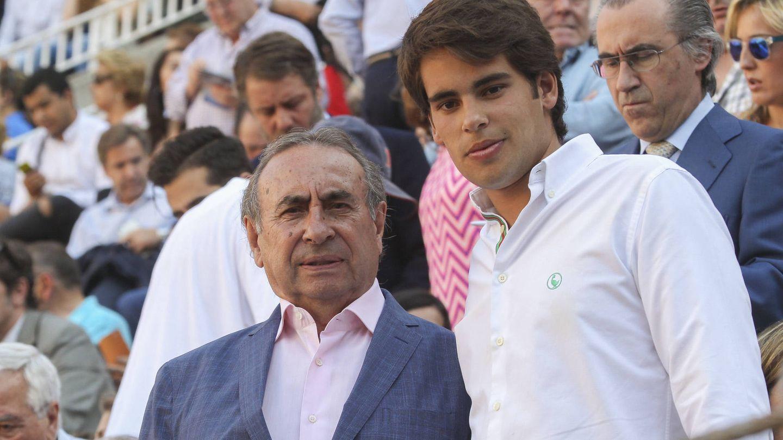 Gonzalo Trapote, con su padre en los toros. (Gtres)