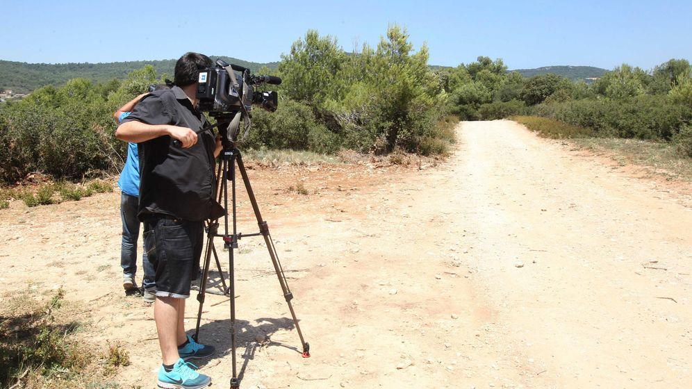Foto: Operadores de televisión toman imágenes en el lugar donde una pareja ha acabado con la vida de su hija. (Efe)