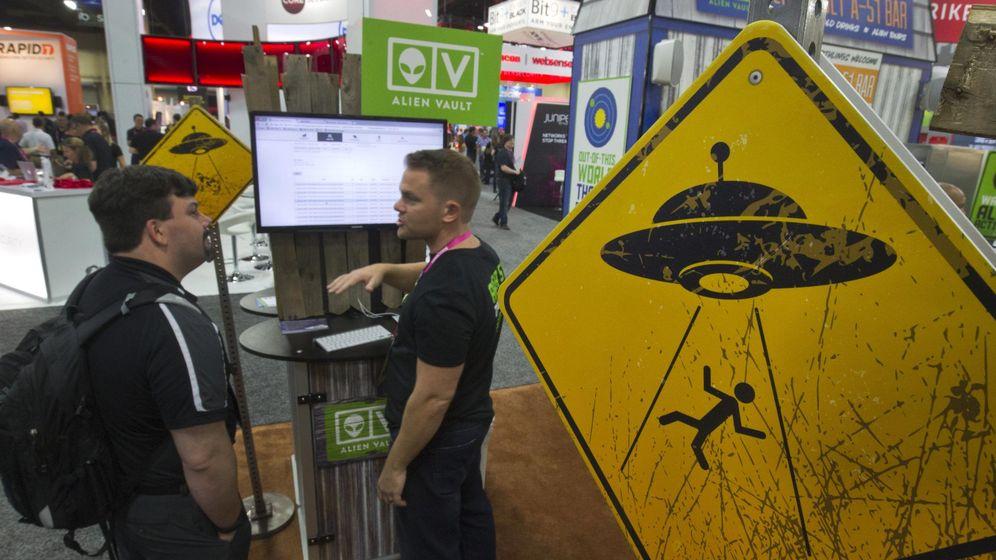Foto: Un cartel advirtiendo contra posibles abducciones alienígenas durante una conferencia de ciberseguridad en Las Vegas, en agosto de 2015 (Reuters)