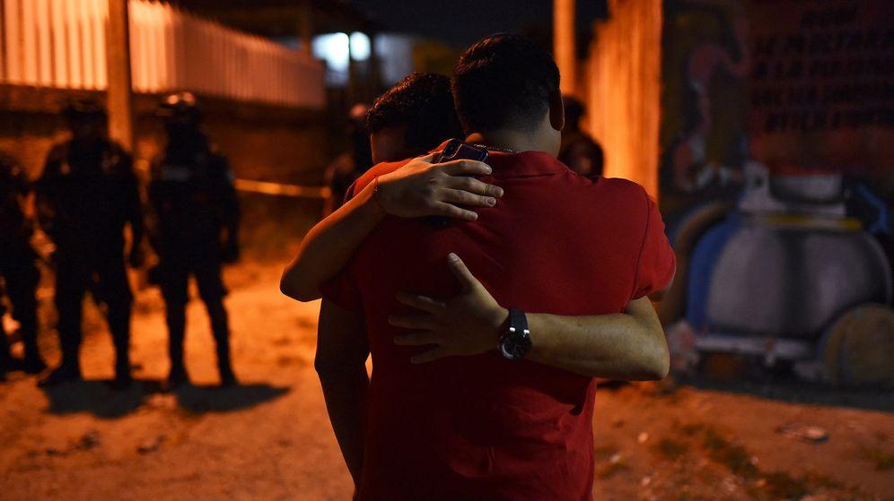 Foto: Dos personas presentes en el momento del ataque se abrazan. (Reuters)