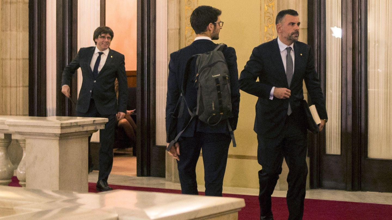 El hasta este jueves 'conseller' de Empresa, Santi Vila (d), sale del despacho del presidente Carles Puigdemont. (EFE)