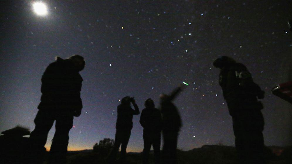 Foto: Un grupo de personas busca ovnis en el desierto de Arizona. (Reuters).