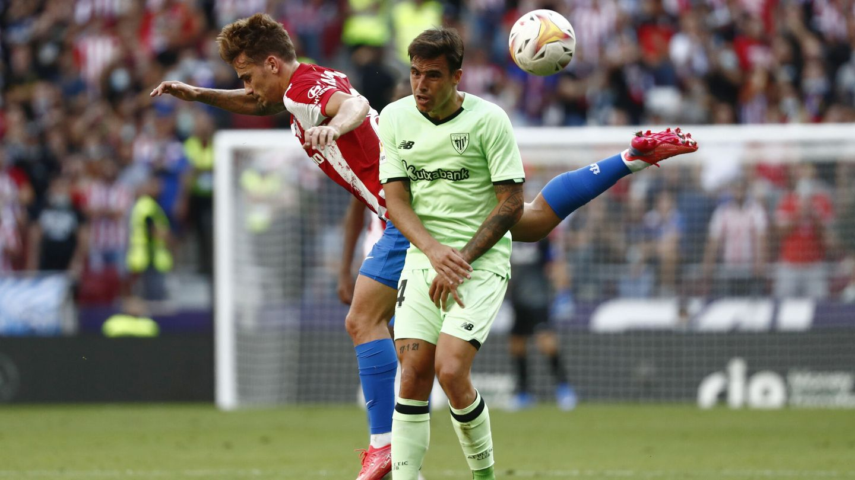 Griezmann disputa un balón áereo. (Reuters)