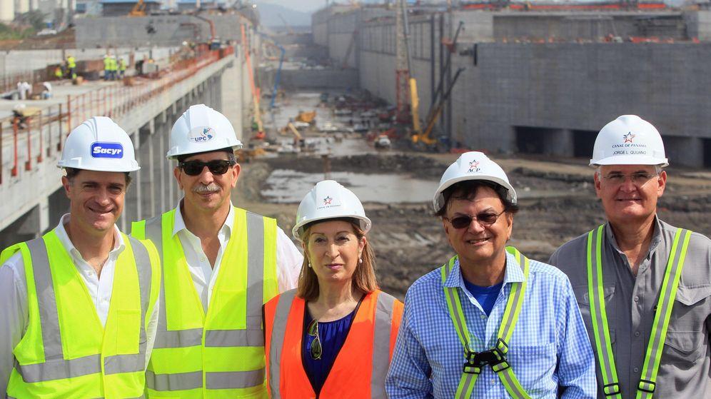 Foto: Fotografía de archivo de la exministra de Fomento Ana Pastor (c) y el ex número dos de Sacyr José María Orihuela (i) en el Canal de Panamá. (EFE)