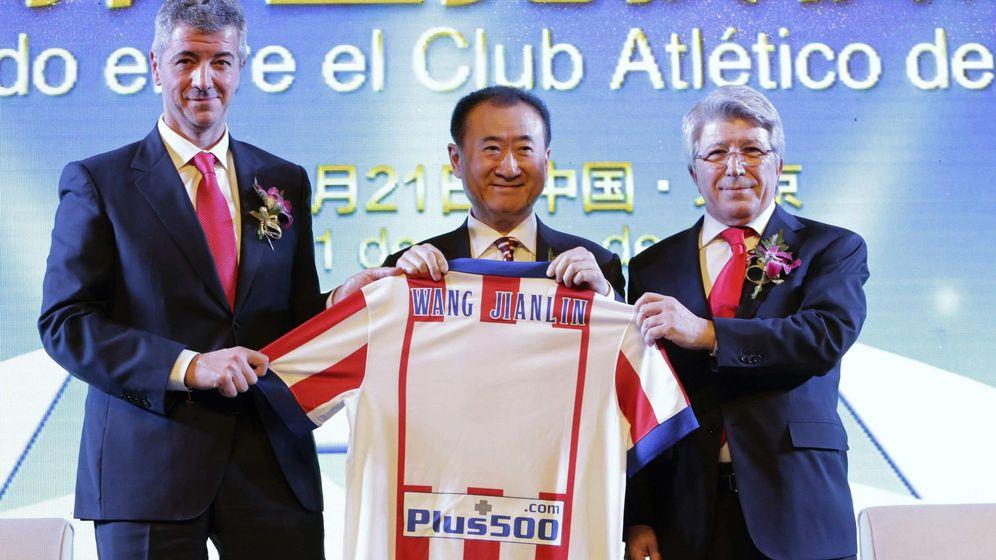 Foto: Miguel Ángel Gil Marín (i), Wang Jianlin (c) y Enrique Cerezo. (Reuters)