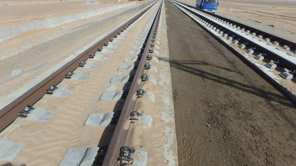 Foto: Un tramo del AVE a La Meca con el ensayo de muro y arena sobre la vía en placa. (El Confidencial)