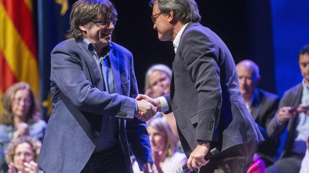 Foto:  El presidente de la Generalitat, Carles Puigdemont (i), y el líder del PDeCAT, Artur Mas. (EFE)