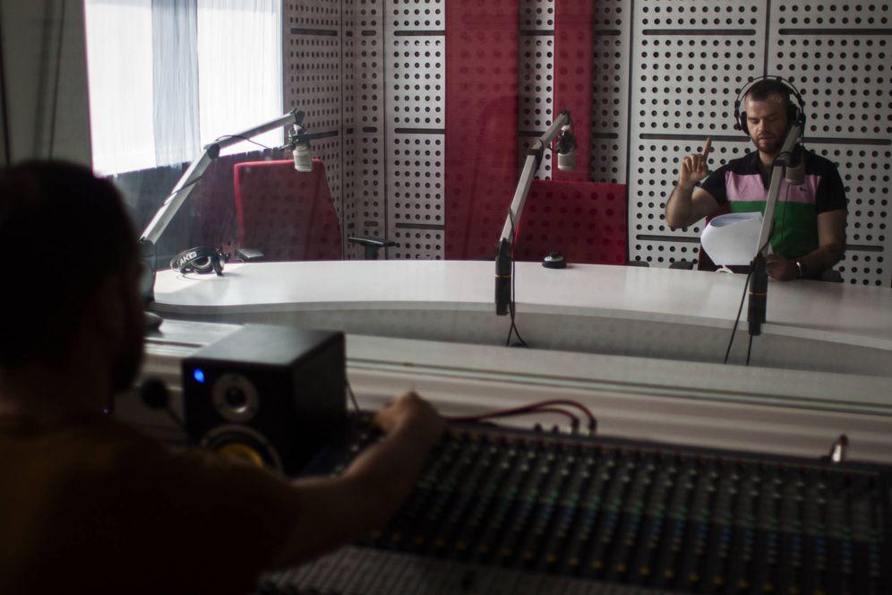 Foto: Mohamed Al Zakaria, grabando en el estudio  de Al Ghad (Foto: Ethel Bonet).