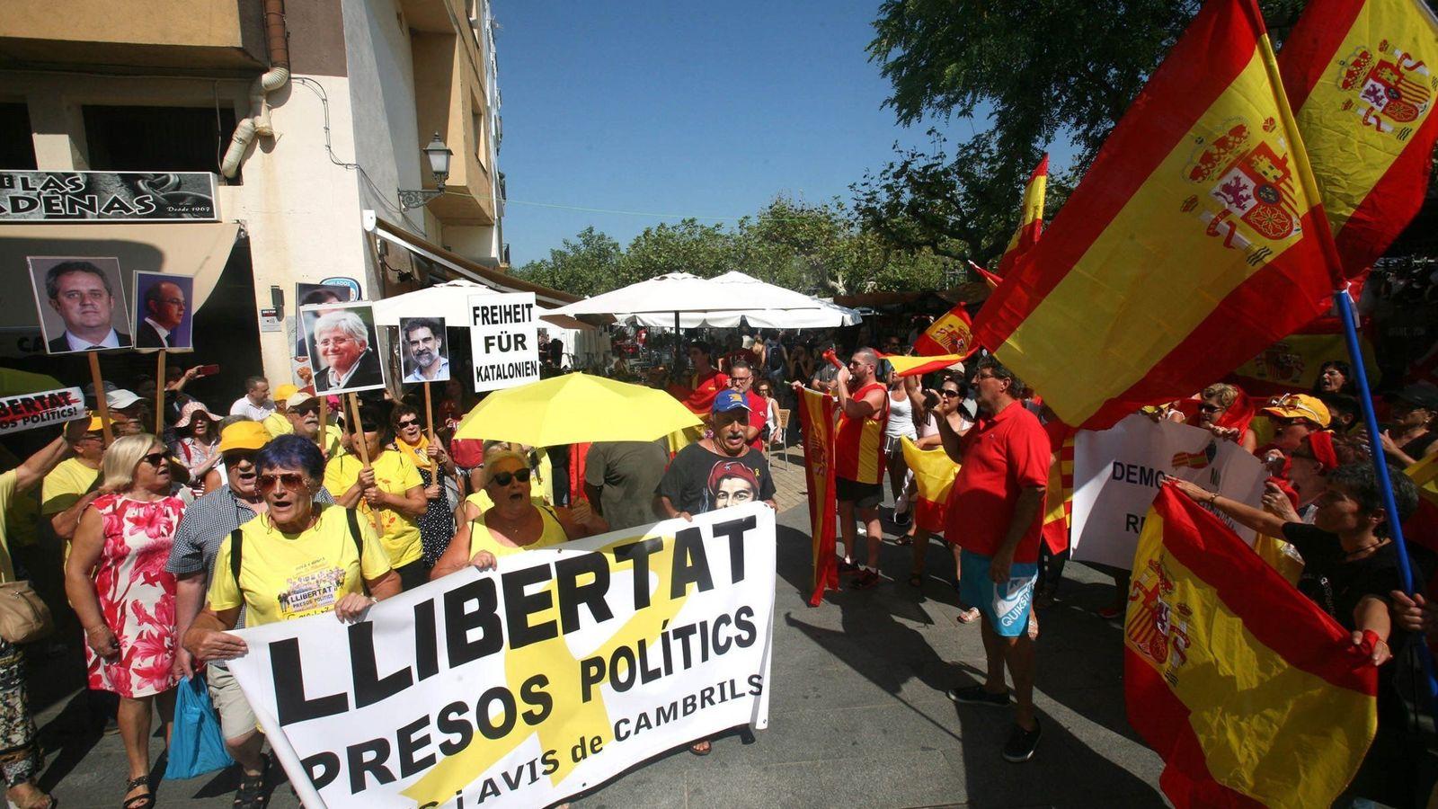 Foto: Concentración a favor y en contra del 'procés' en Cambrils, epicentro turístico de Tarragona. (EFE)
