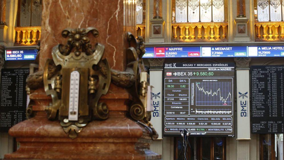 Foto: Una pantalla muestra el IBEX 35 en la Bolsa de Madrid | EFE