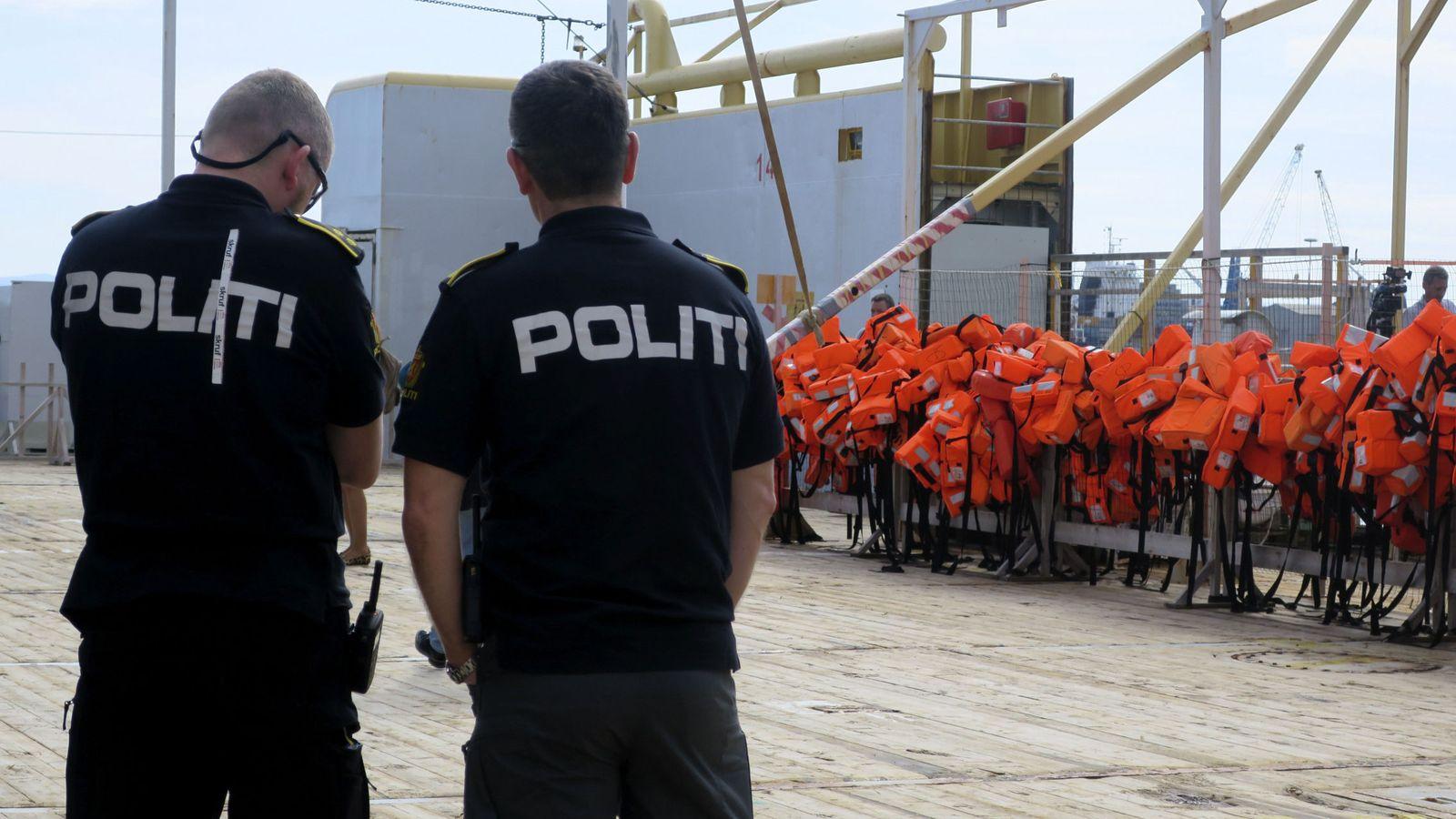 Foto: Dos policías del barco Siem Pilot con el que el Frontex patrulla el Mediterráneo Central, atracado en Sicilia, el 9 de marzo de 2017. (EFE)