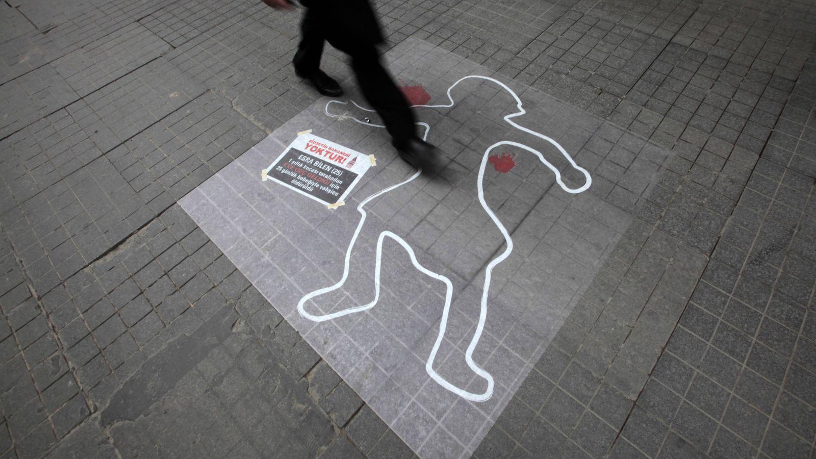 Foto: Una silueta en el suelo para sensibilizar sobre la violencia de género, en Estambul. (Reuters)