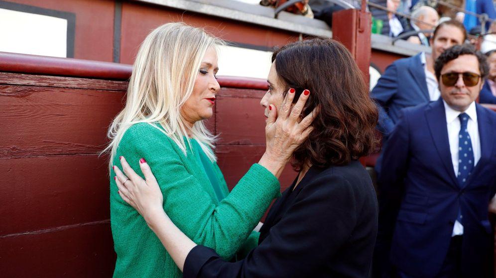 Foto: La candidata del PP a la Presidencia de la Comunidad de Madrid, Isabel Díaz Ayuso (d), y la expresidenta Cristina Cifuentes. (EFE)