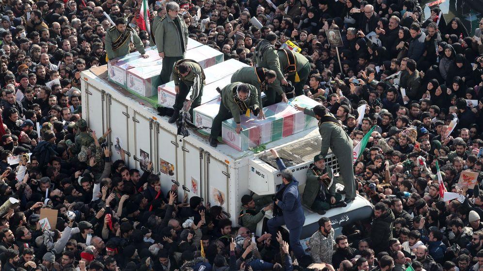 Foto: Guardias revolucionarios iraníes rodean los ataúdes del teniente general asesinado del Cuerpo de Guardias Revolucionarios Iraníes (IRGC) y comandante de la Fuerza Quds Qasem Soleiman y de otras víctimas. (EFE)