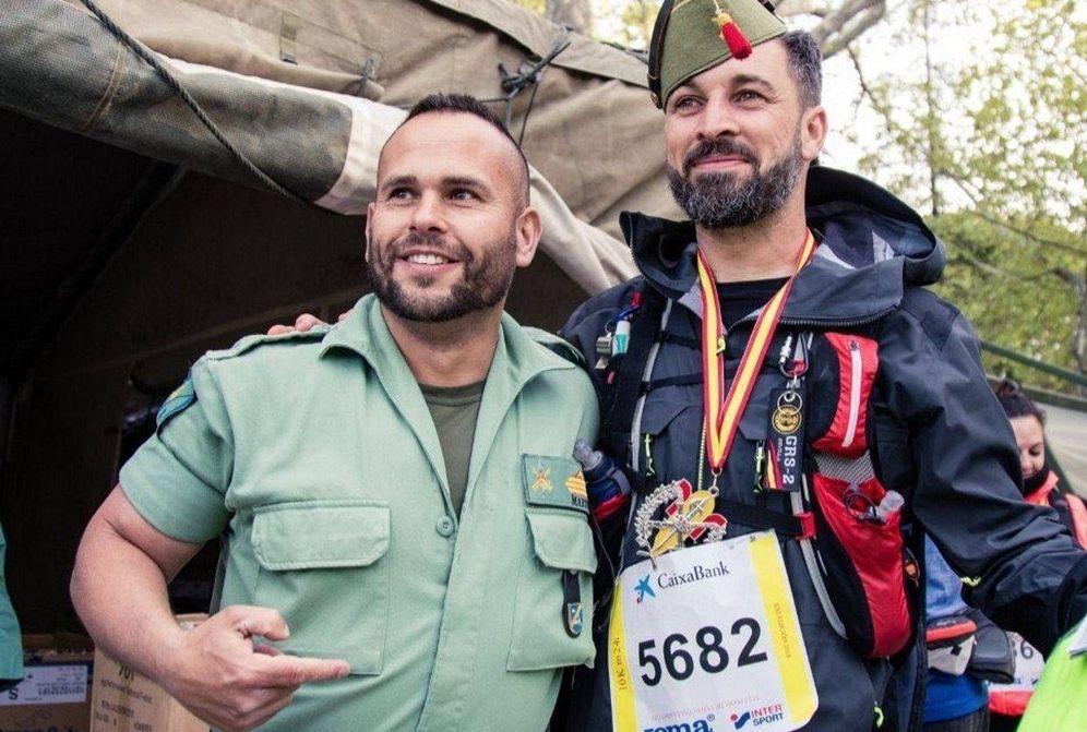 Foto: Santiago Abascal, líder de Vox, posa junto a un legionario. (EFE)
