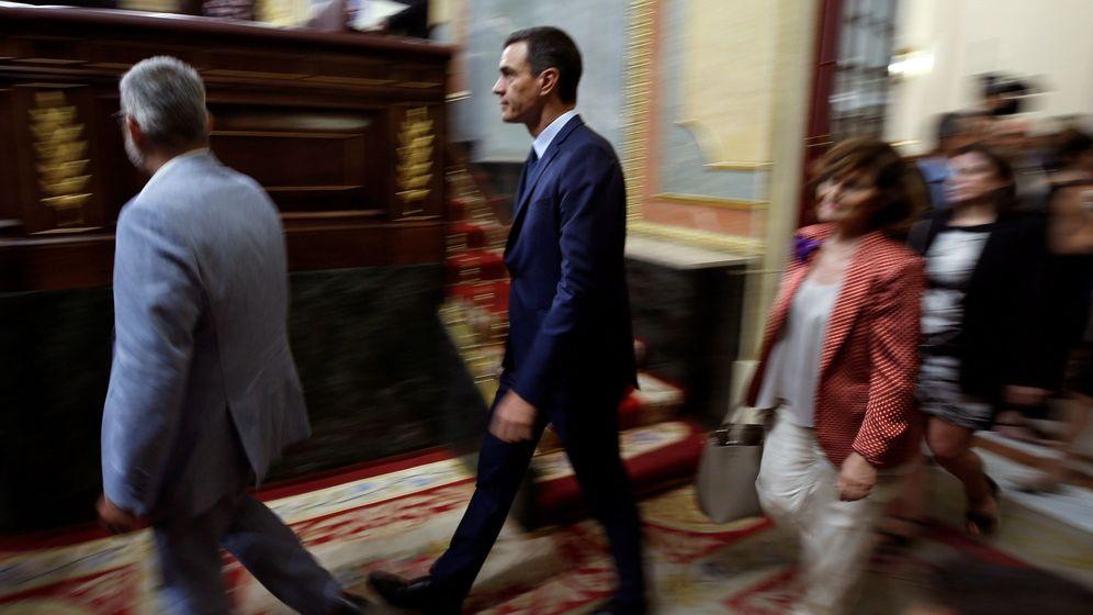 Foto: Pedro Sánchez, seguido de las negociadoras Carmen Calvo y Adriana Lastra, el pasado 25 de julio en el Congreso. (EFE)