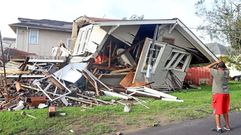 Un ciudadano comprueba los daños causados por el huracán Ida en Lousiana. (Reuters)
