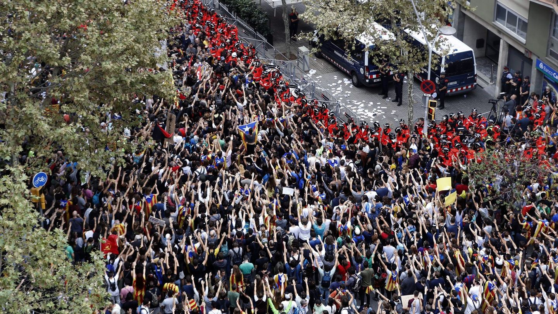 Agentes de los Mossos d'Esquadra custodian la sede del PPC en Barcelona, en la huelga del 3 de octubre. (EFE)