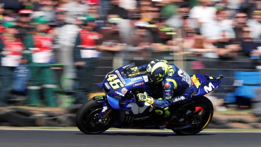 Foto: Valentino Rossi negociando uno de los giros de Phillip Island en el pasado Gran Premio de Australia. (Reuters)
