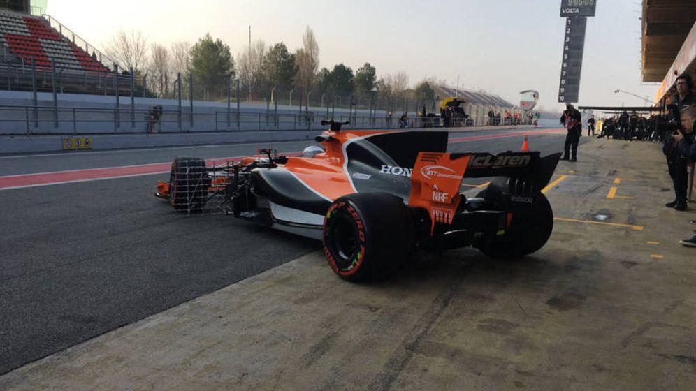 Foto: El McLaren-Honda de Fernando Alonso saliendo del box.