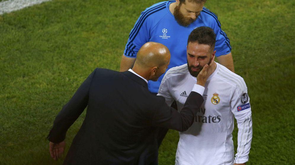 Foto: Zidane trata de consolar a Carvajal (REUTERS Tony Gentile).