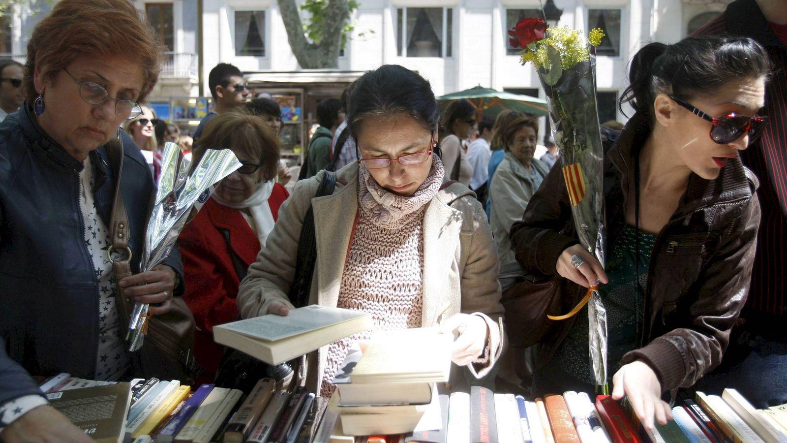 Foto: Un grupo de mujere observa libros en Barcelona durante la festividad de Sant Jordi. (EFE)