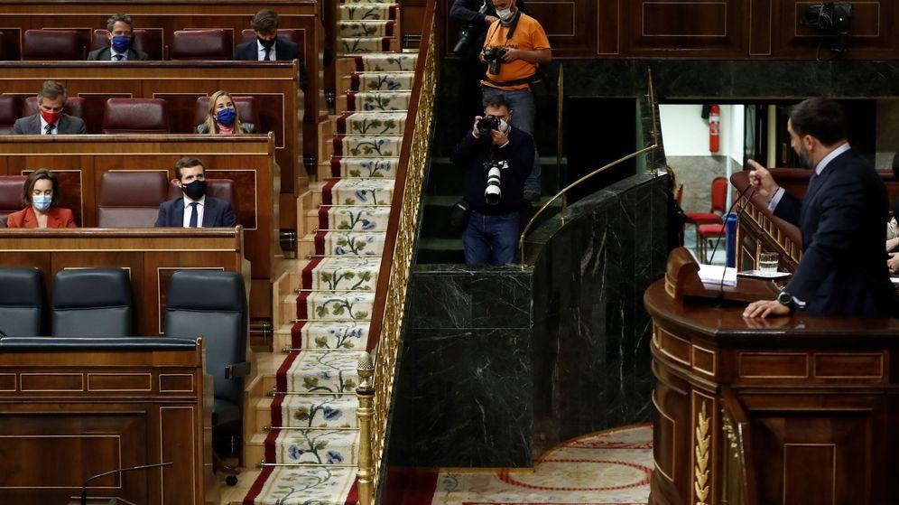 Foto: El líder de Vox, Santiago Abascal, se dirige a Pablo Casado desde la tribuna del Congreso. (EFE)