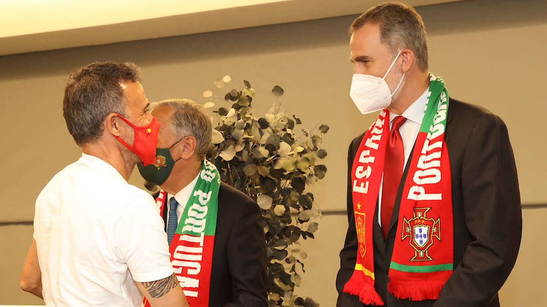 Felipe VI charlando con Luis Enrique. (Limited Pictures)