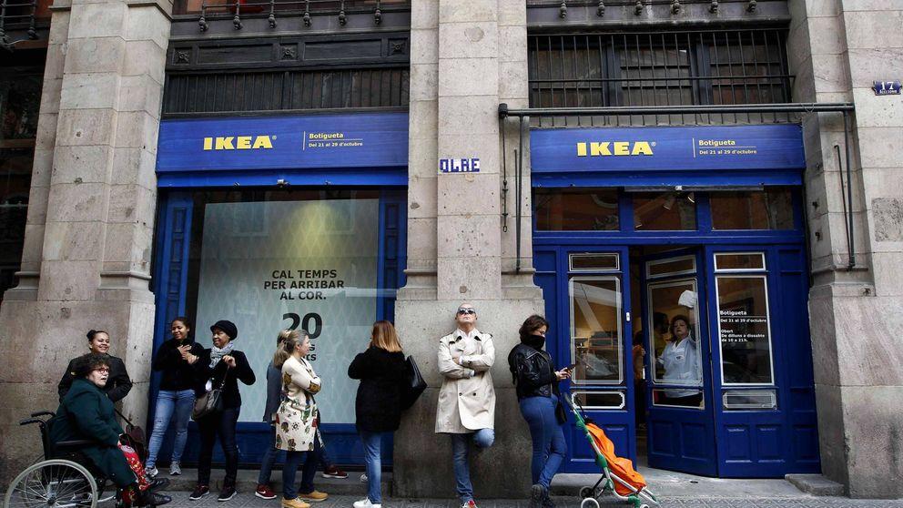Casi 11.000 personas han hecho cola para entrar a Ikea en el Rastro a pesar de la lluvia