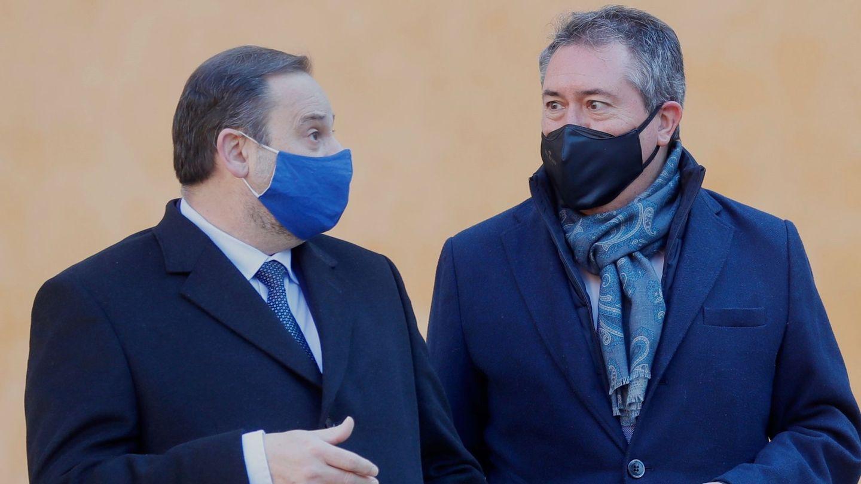 El ministro de Transportes, Movilidad y Agenda Urbana, José Luis Ábalos (i), y el alcalde de Sevilla, Juan Espadas. (EFE)