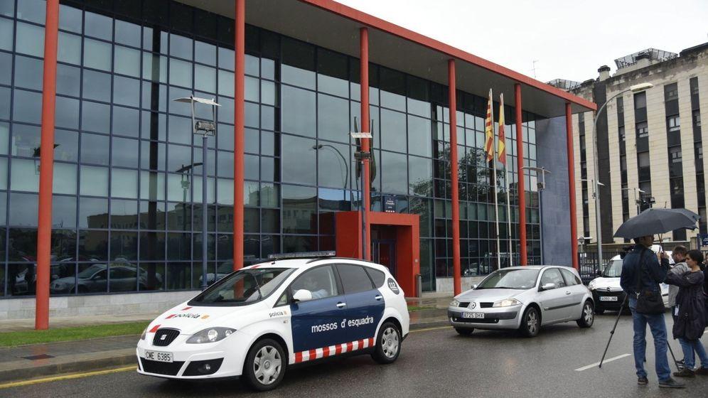 Foto: La guardia civil acude a la comisaría de los Mossos en Lleida a buscar pruebas del 1-O. (EFE)
