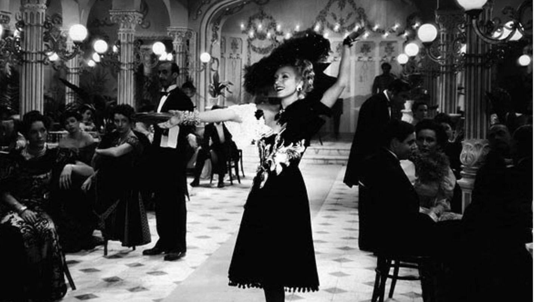Conchita Montenegro, con vestido de Balenciaga en 'Ídolos' en 1943. (CIFESA)