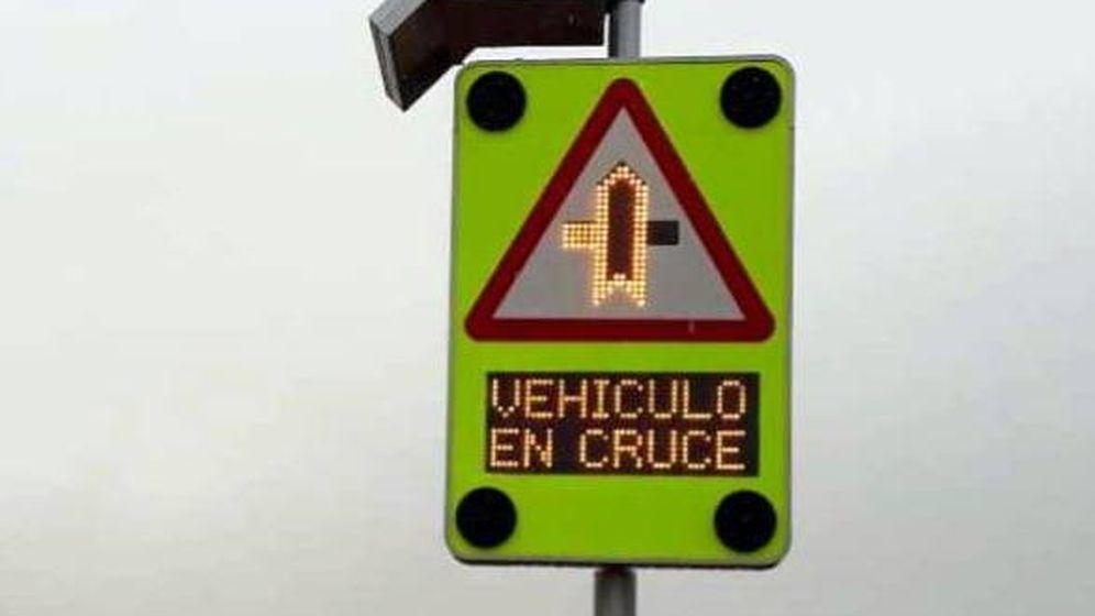 Foto: Señal que advierte que un vehículo se encuentra en el cruce. (DGT)