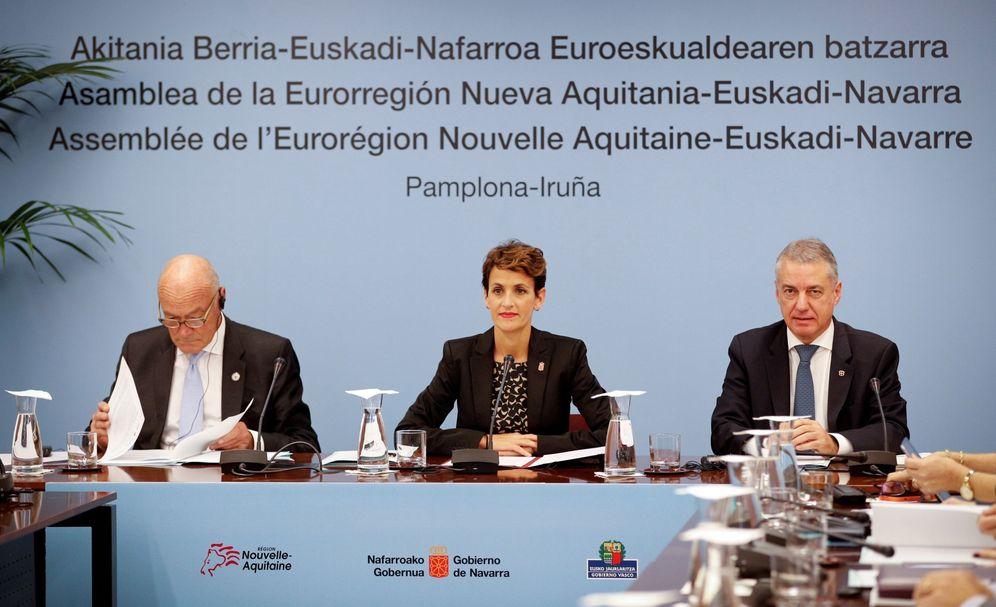 Foto: Urkullu, Chivite y Alain Rousset, presidente de Aquitania, durante la asamblea extraordinaria de la Eurorregión vasca del pasado año. (EFE)