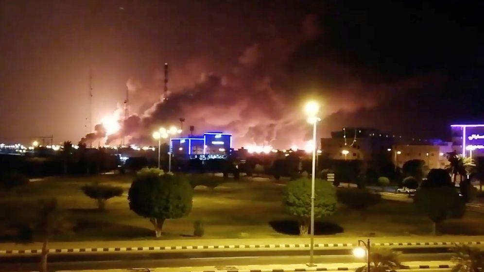 Foto: Fuego y humo en la fábrica de Aramco en Arabia Saudí en una imagen de redes sociales (Reuters)