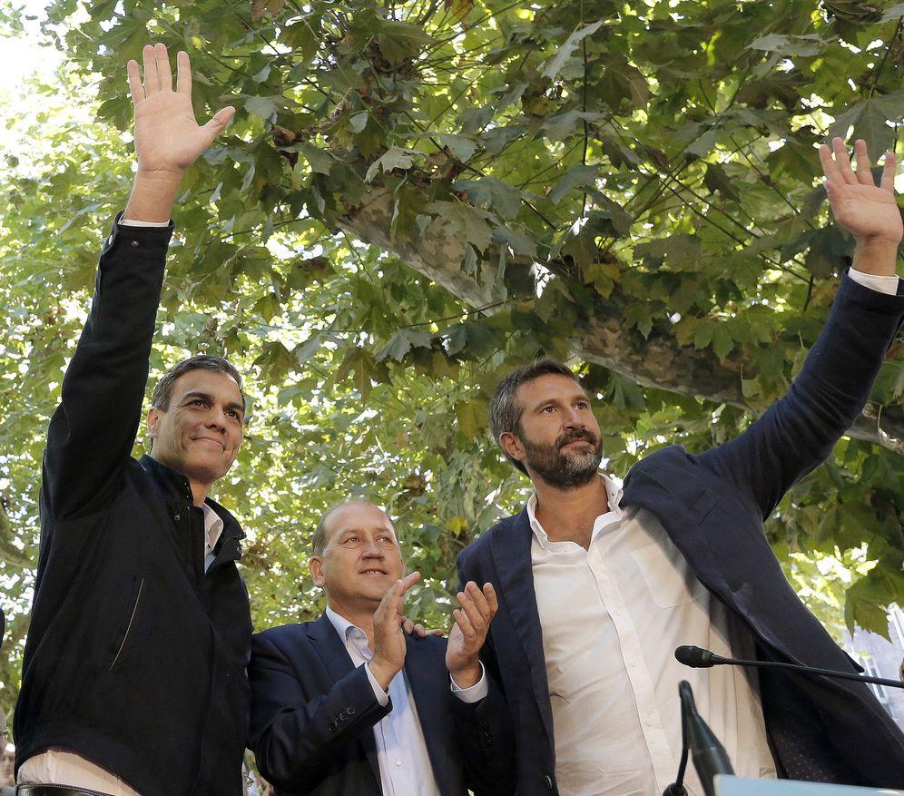 Foto: Pedro Sánchez, con Xoaquín Fernández Leiceaga y el alcalde de Vilagarcía de Arousa, Alberto Varela, este 18 de septiembre en la localidad pontevedresa. (EFE)