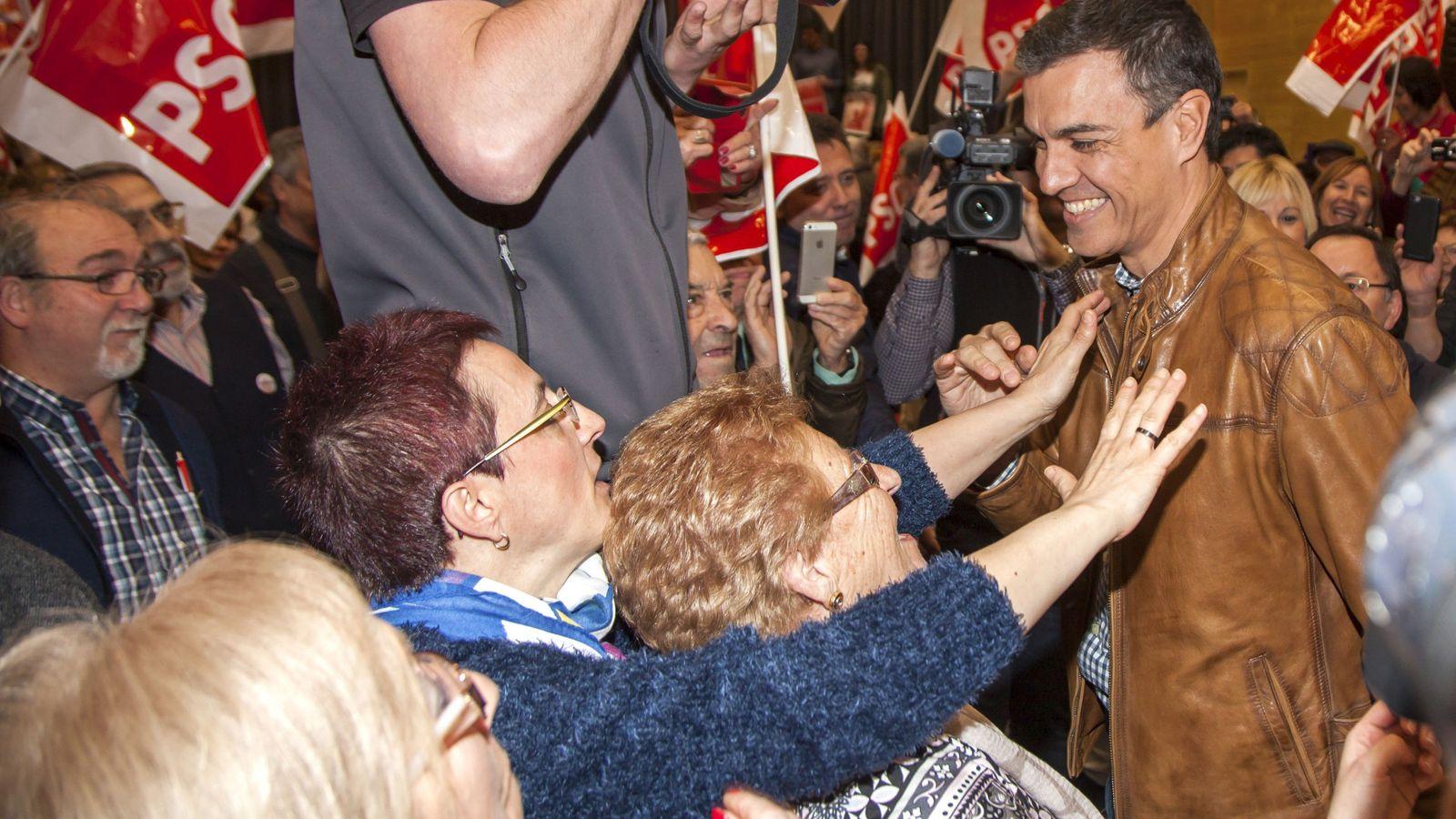 Foto: Pedro Sánchez, a su llegada el pasado 25 de febrero a su mitin en Aldeanueva de Ebro, en La Rioja. (EFE)