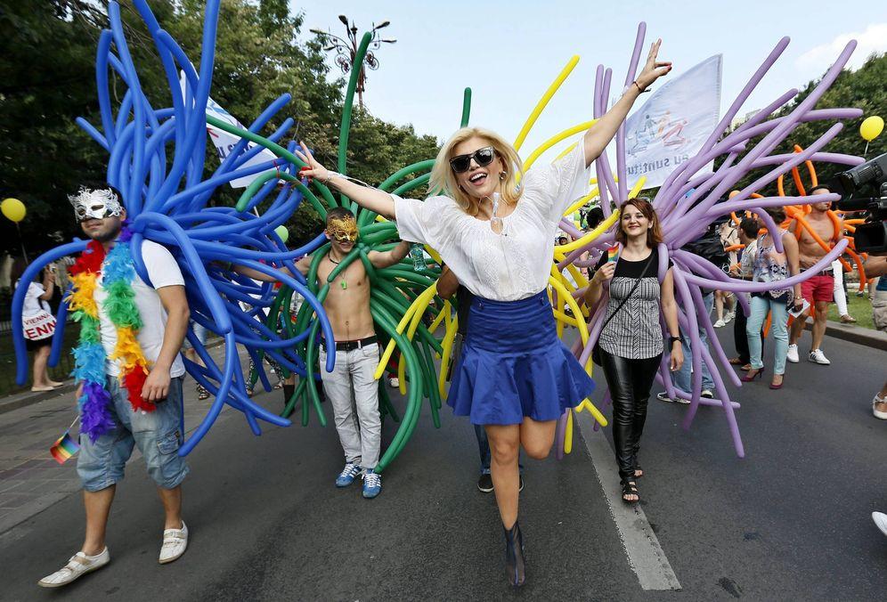 Foto: La cantante rumana Loredana Groza (c), durante la celebración del desfile del orgullo gay en Bucarest. (EFE)