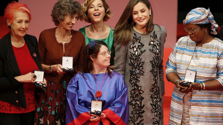 La reina Letizia y Ros María Calaf, en la entrega de las Medallas de Oro de la Cruz Roja Española. (EFE)