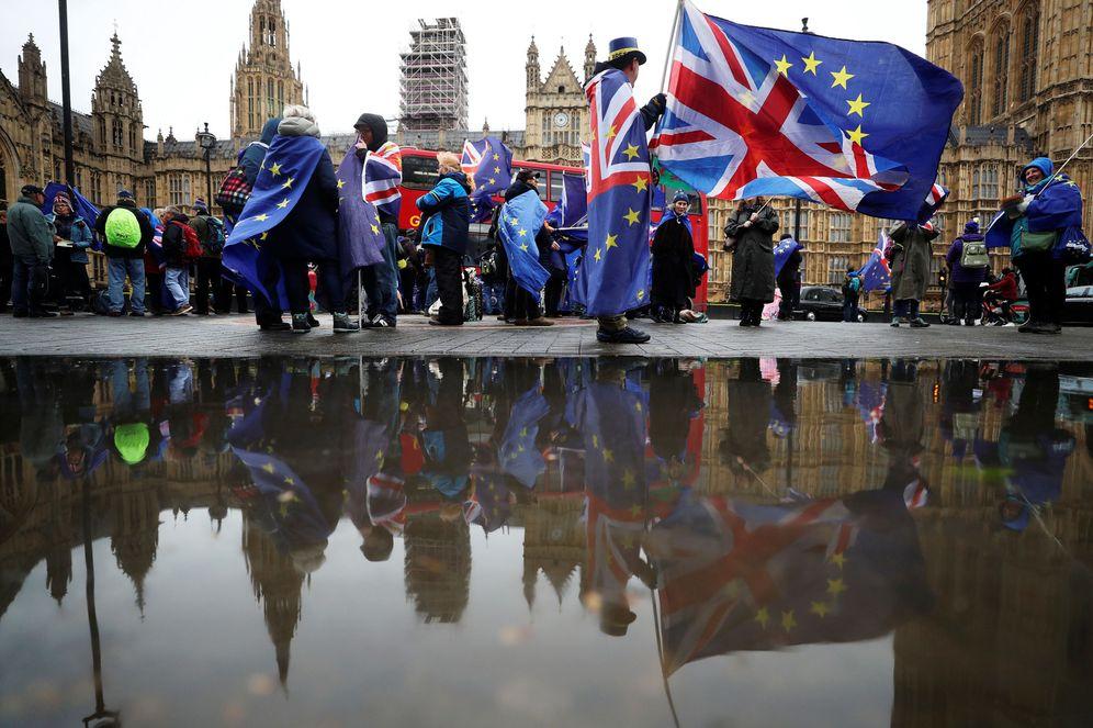 Foto: Manifestantes proeuropeos frente al Parlamento durante la votación, el 30 de abril de 2018. (Reuters)