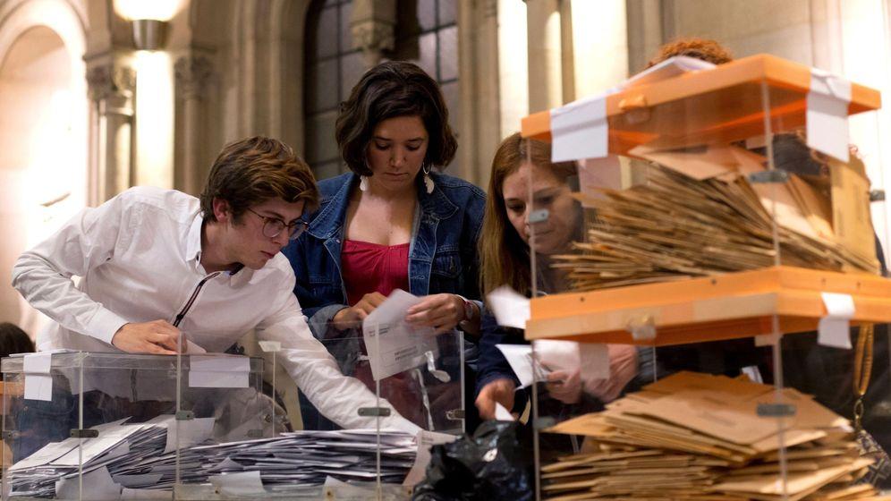 Foto: Recuento de votos en la Universidad de Barcelona. (EFE)