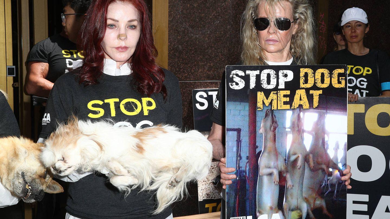 Priscilla y Kim, contra el consumo de carne de perro. (Getty)