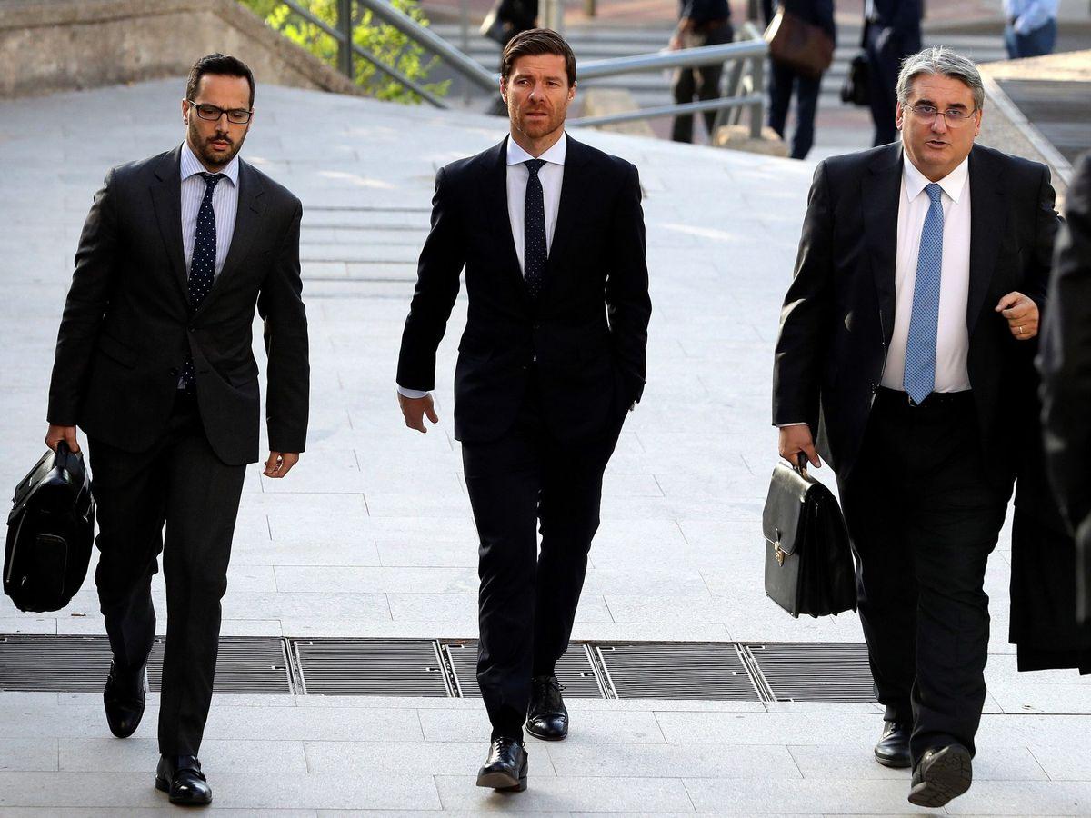 Foto: Xabi Alonso (c) llega, acompañado de sus abogados, a la Audiencia Provincial de Madrid. (EFE)