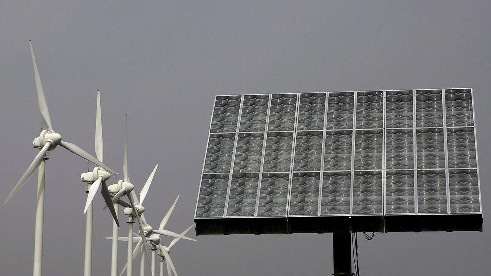 Foto: Fotografía de archivo que muestra molinos aerogeneradores y un panel de energía fotovoltaica. (EFE)