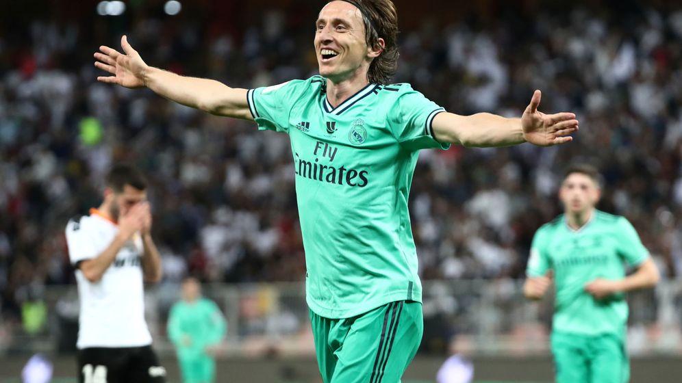 Foto: Luka Modric celebra el tercer gol del Real Madrid contra el Valencia. (EFE)