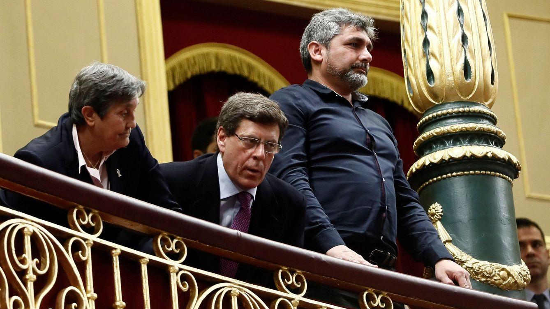 Foto: Juan Carlos Quer (c), y Juan José Cortés (d), padres de Diana Quer y Mari Luz Cortés, durante el pleno del Congreso. (EFE)