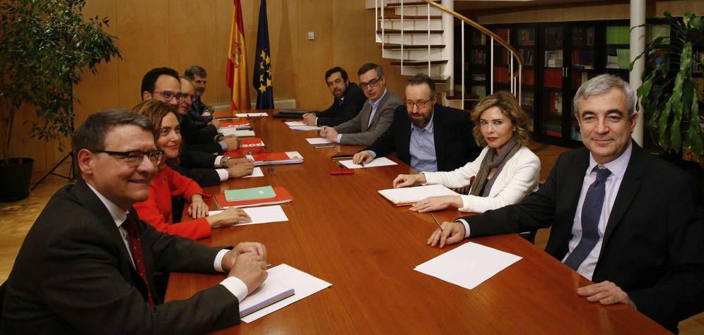 Foto: Primera reunión de los equipos negociadores de PSOE y Ciudadanos, este 5 de febrero en el Congreso de los Diputados. (EFE)