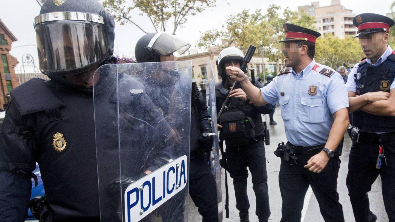 Unidades especiales antidisturbios y mossos durante la celebración del referendum del 1-O. (EFE)