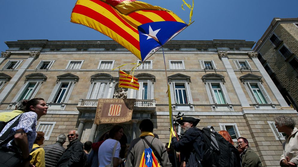 Foto: Esteladas en la puerta del Palacio de la Generalitat en Barcelona. (Reuters)